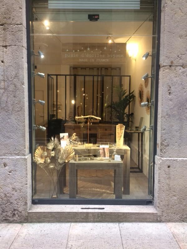 https://www.marques-de-france.fr/wp-content/uploads/2019/05/Pluie-détoiles-bijoux_atelier-boutique.jpg