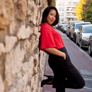 Les petites ambitieuses pantalon et chemisier rouge